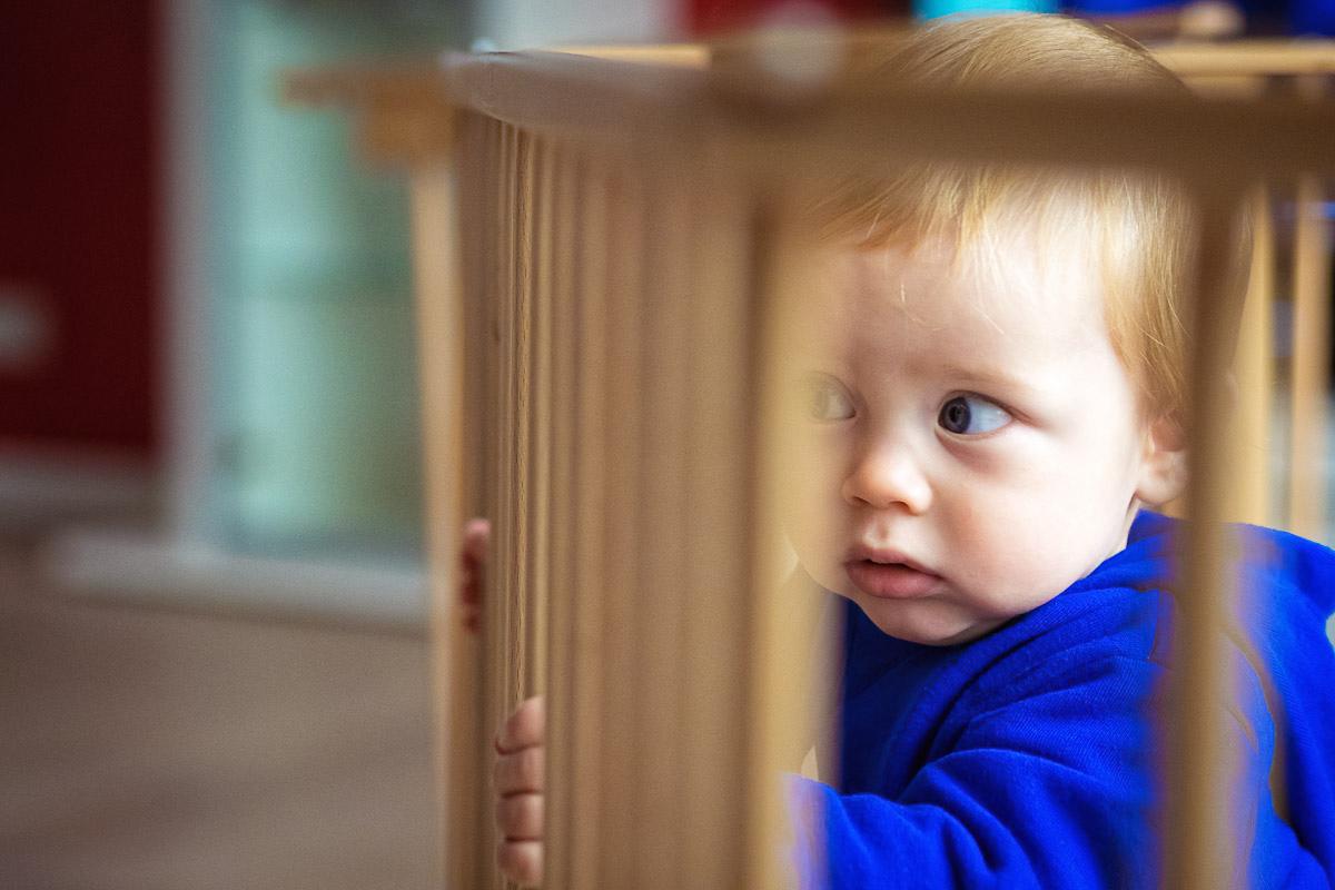 Kind in Laufstall als Kinderfoto Solingen