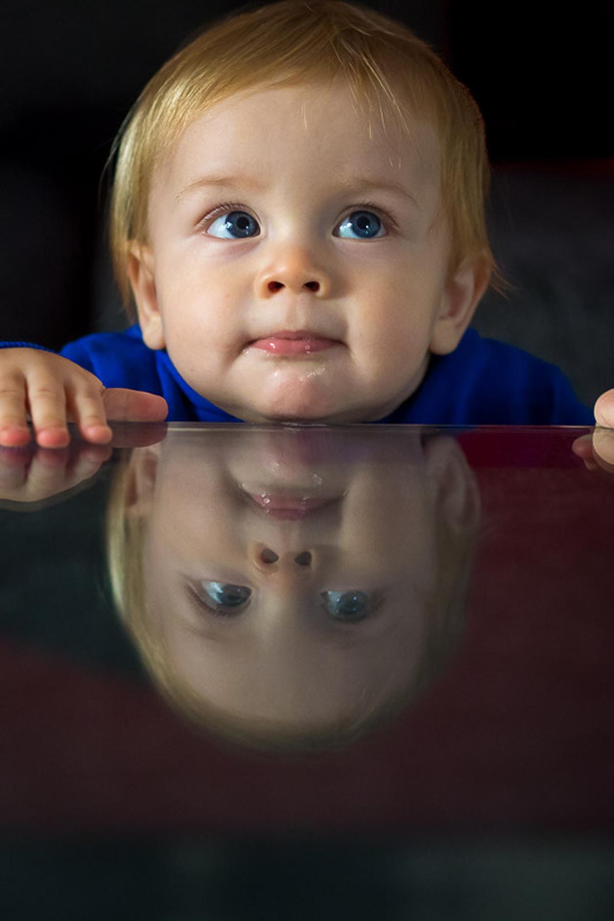 Baby mit Spiegelung