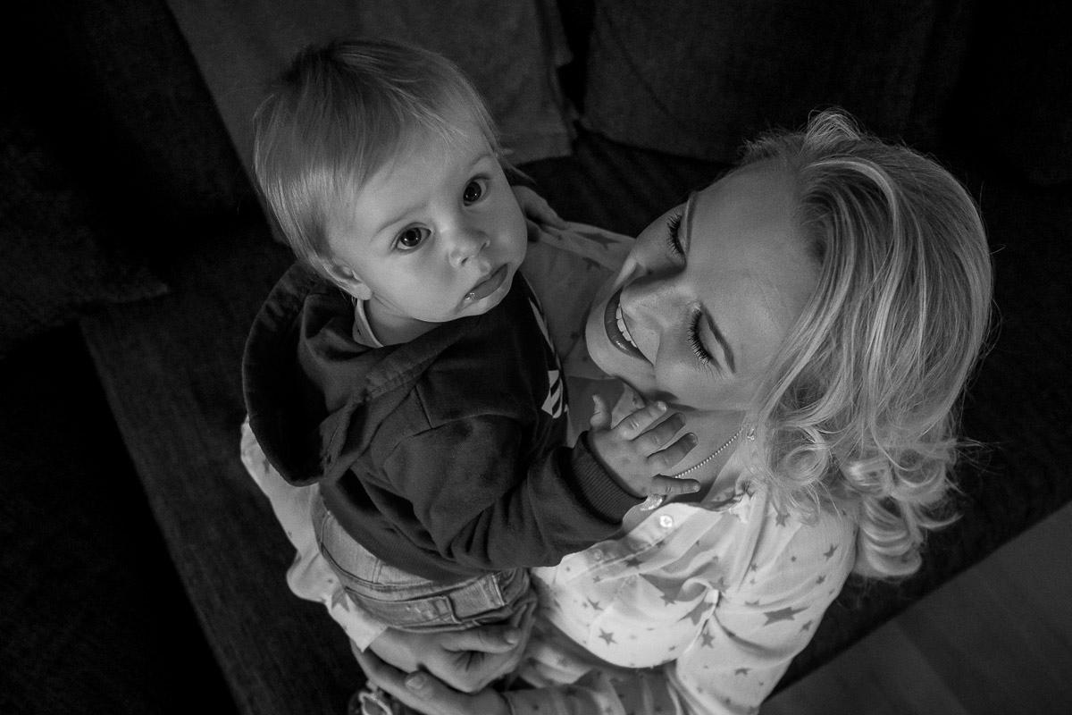 Mutter mit staunendem Kleinkind für Familienfotos