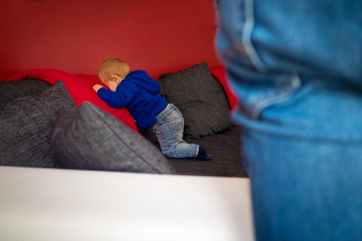 Baby spielt auf Sofa