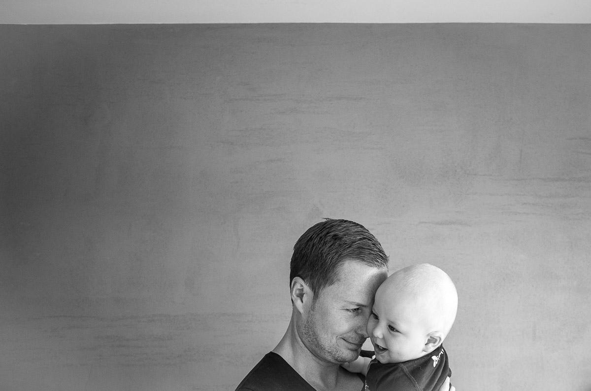Vater und Sohn Porträt zuhause mit Kinderfotograf