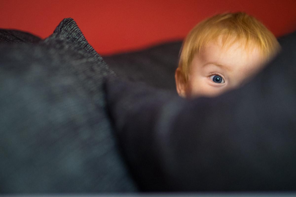 Neugieriges Kleinkind als Kinderfoto Solingen
