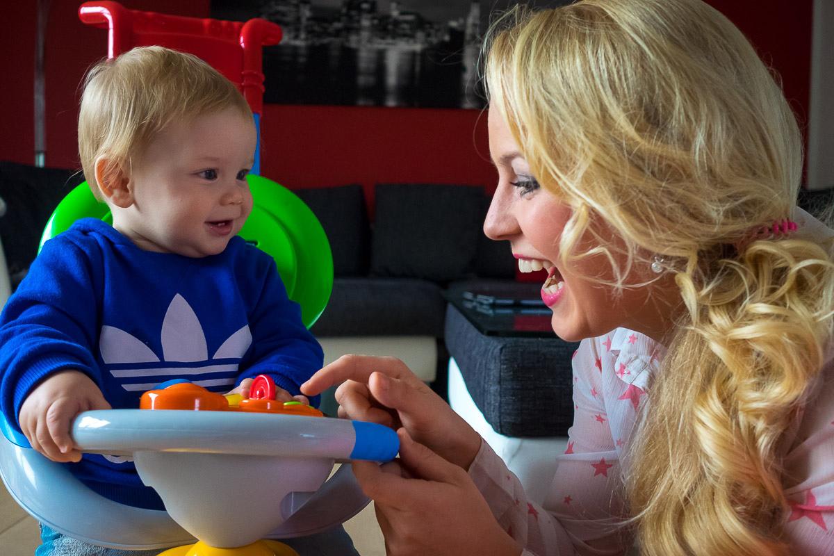 Kind mit Mutter und Spielsachen
