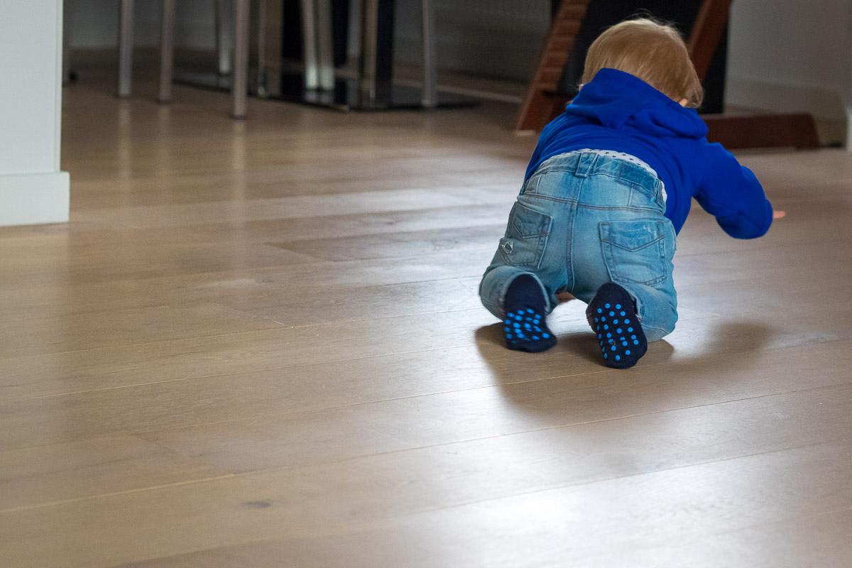 Krabbelndes Baby als modernes Kinderfoto