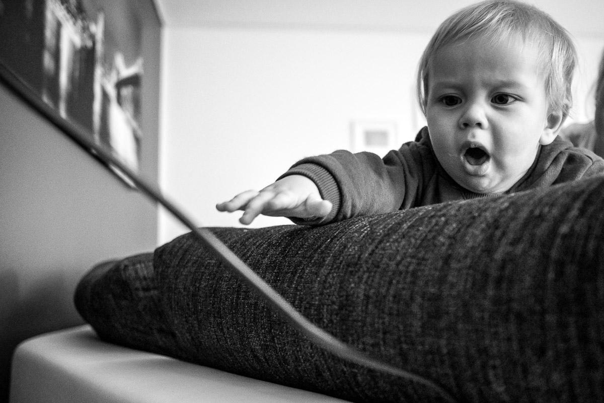 Neugieriges Baby als Teil Familienfotografie