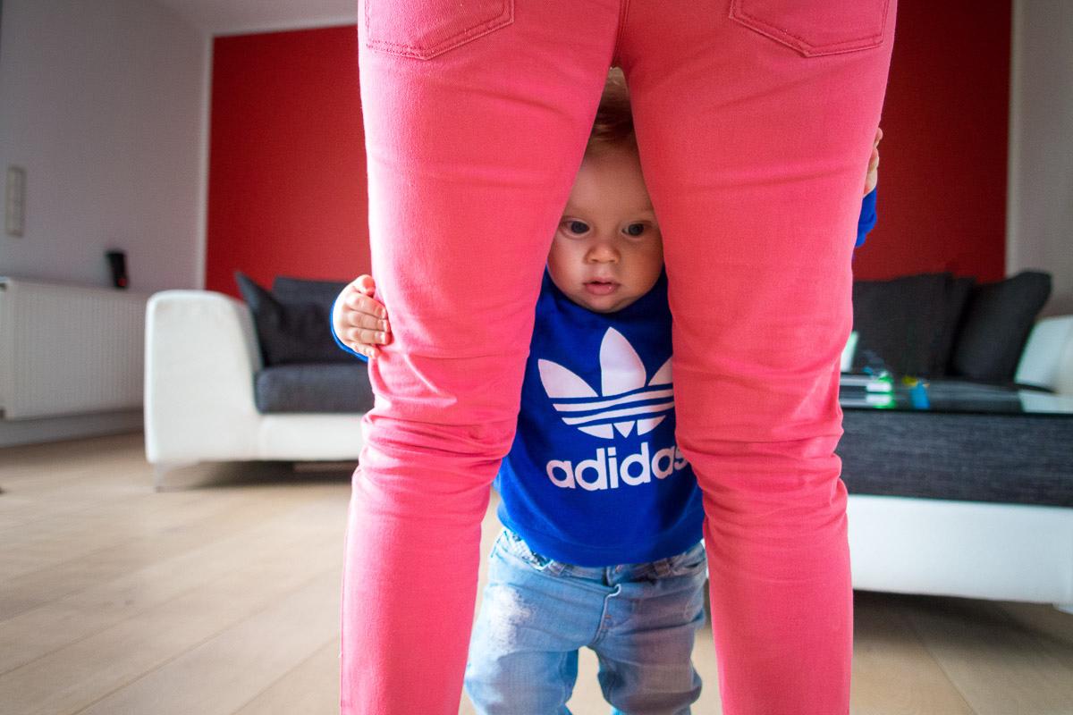 Mutter mit Baby für Kinderfotos im eigenen Zuhause