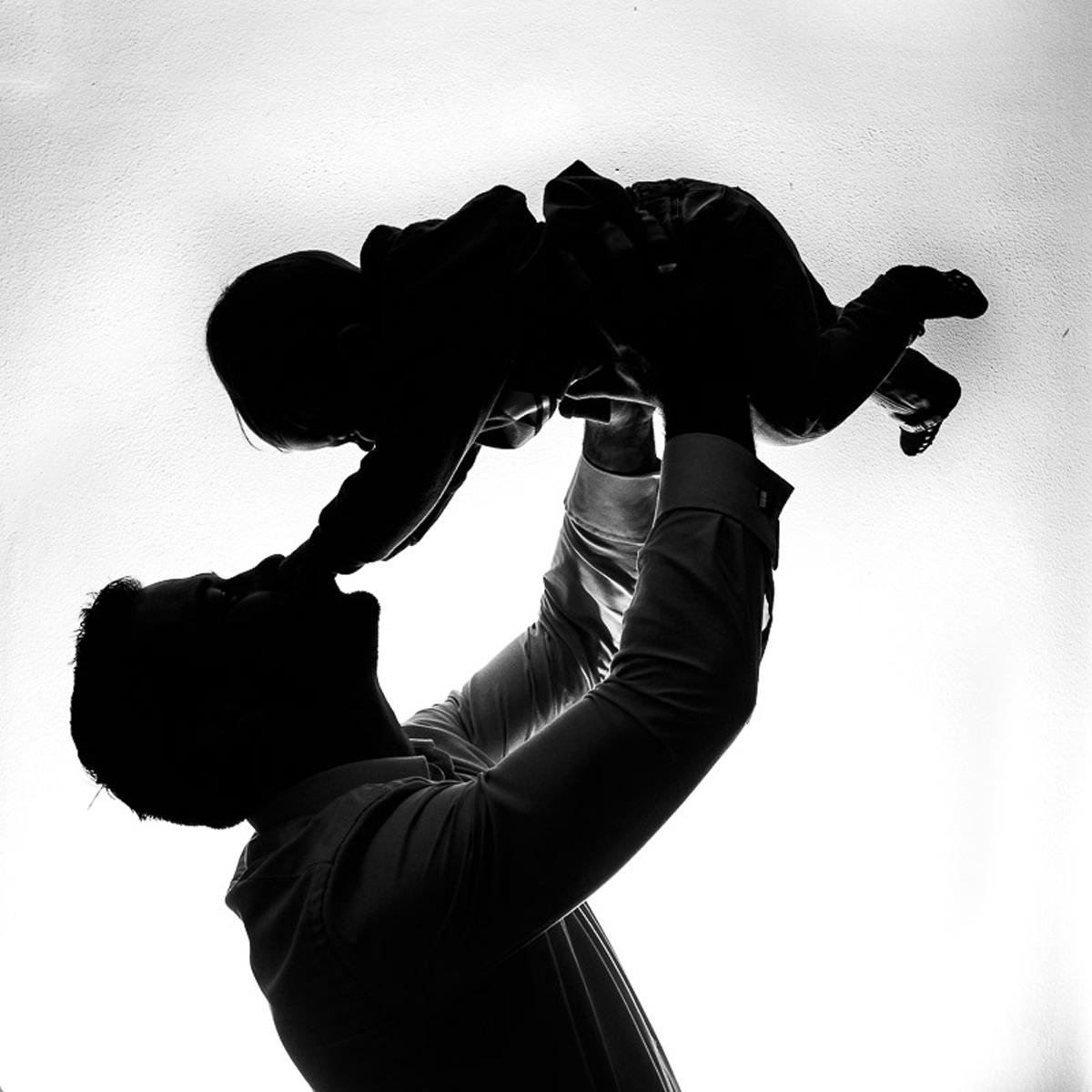 Silhouette von Vater und Kind als natürliches Kinderfoto
