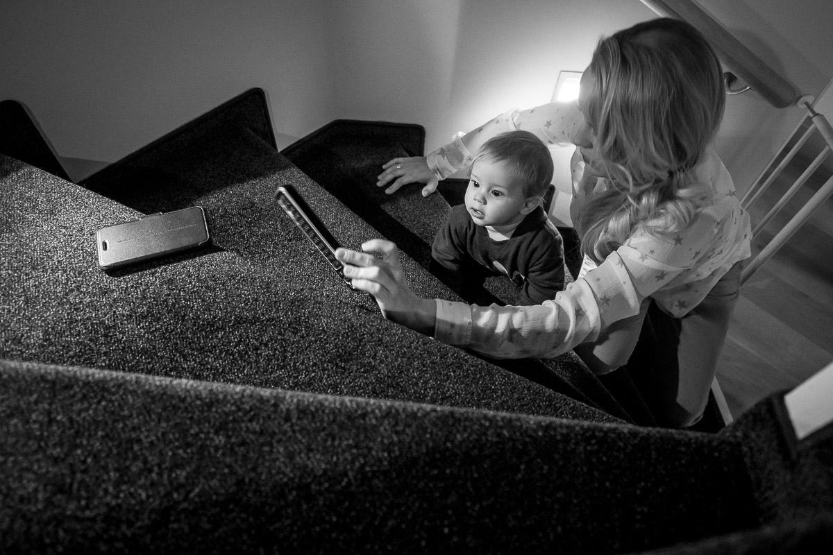 Kind und Elektronik im eigenen Zuhause