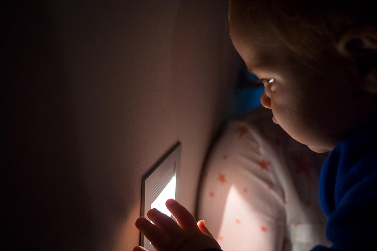 Baby entdeckt Licht als Fotoreportage