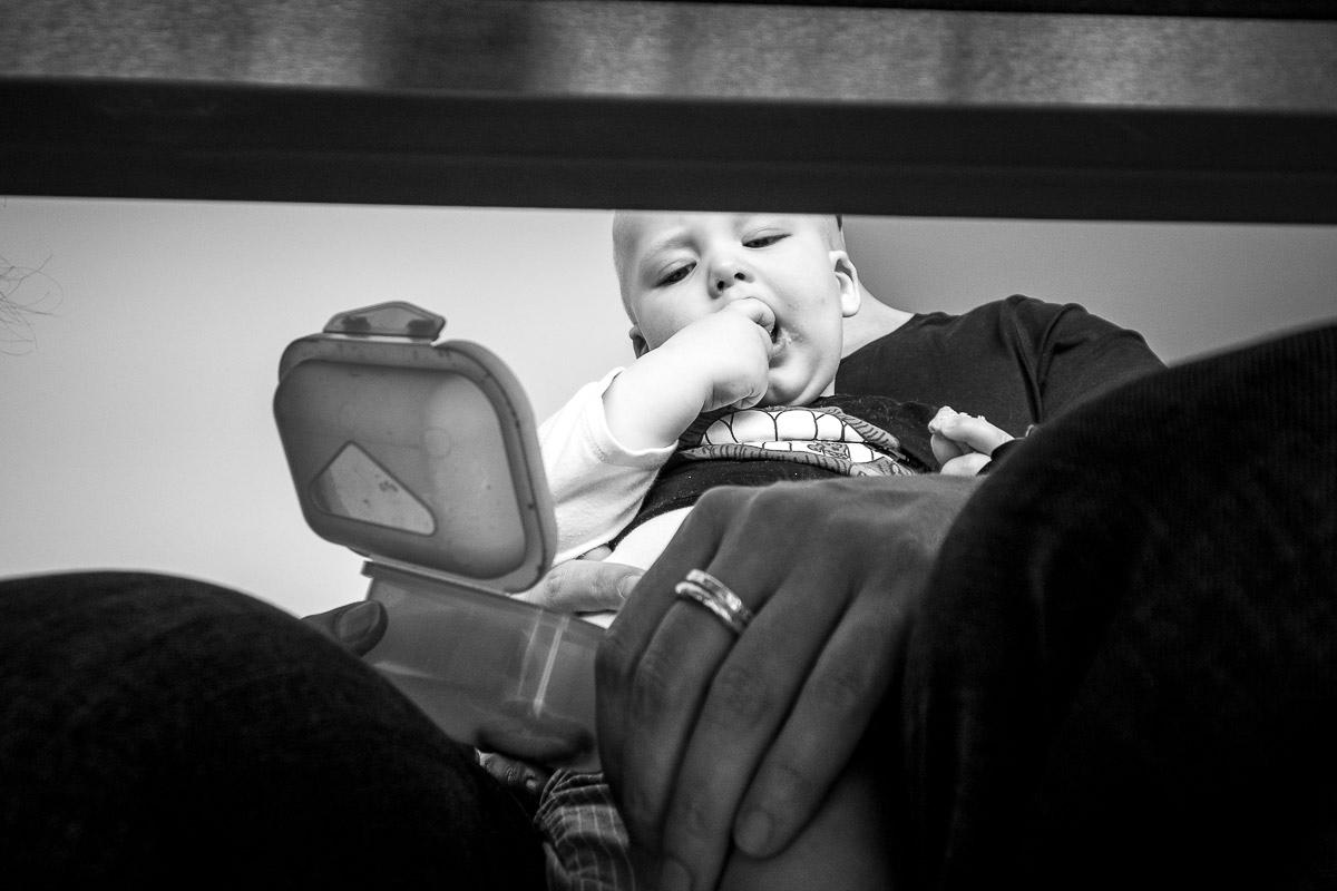 Baby mit Keksen für Kinderfotografie Solingen