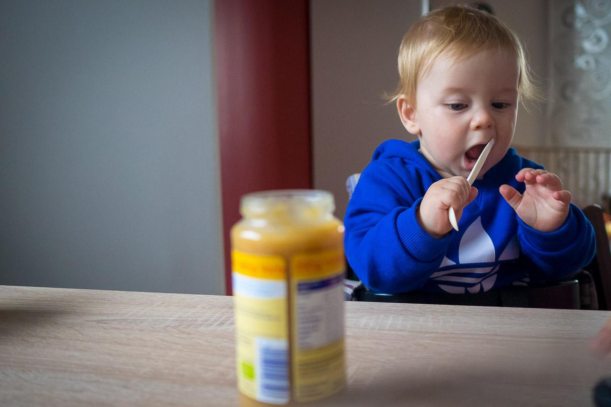 Kind wird gefüttert als natürliches Familienfoto Solingen