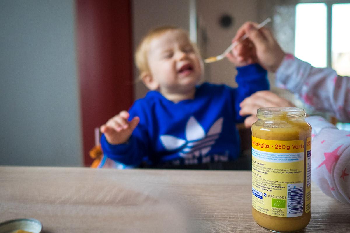 Kind schreit beim Essen als modernes Kinderfoto