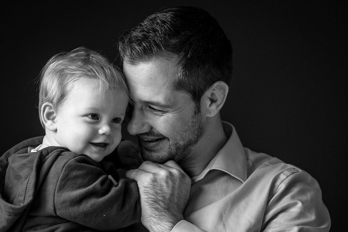 Vater schmust mit Baby als Day in a Life