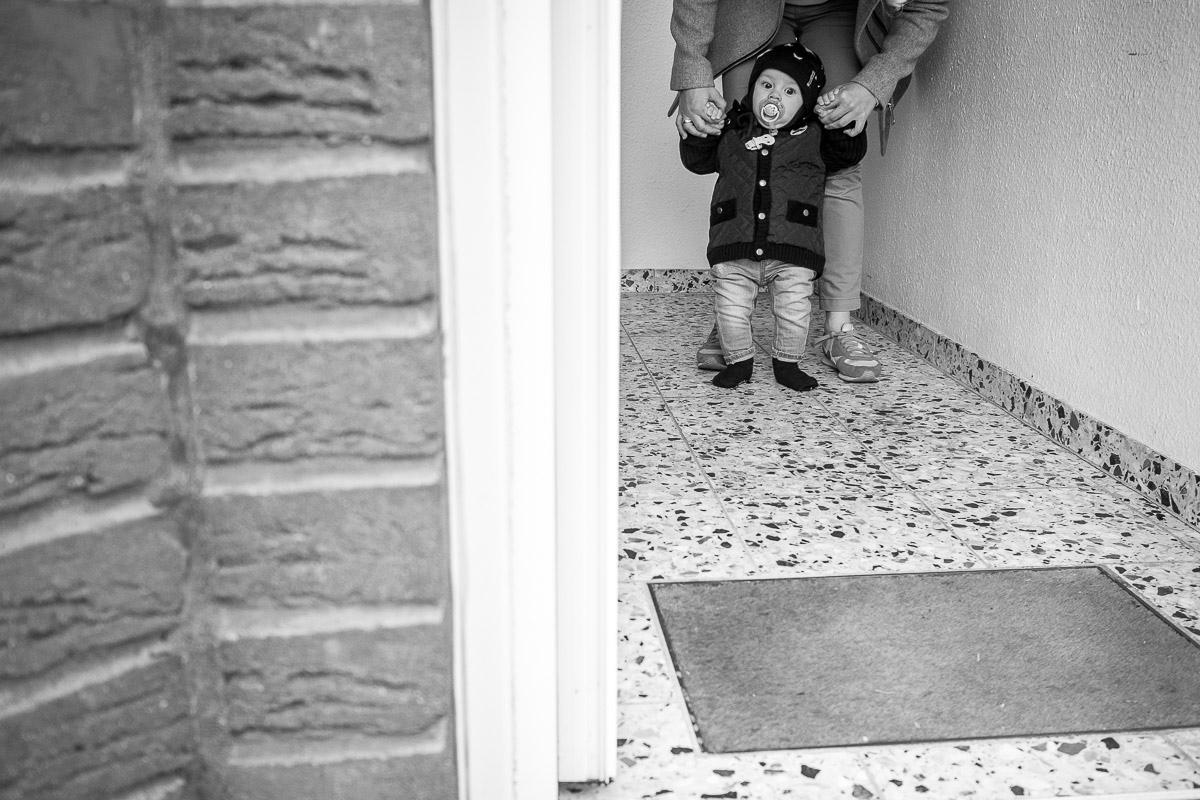 Baby bei Spaziergang als modernes Kinderfoto