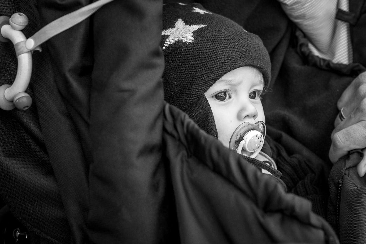 Baby im Kinderwagen als moderne Familienporträts Solingen