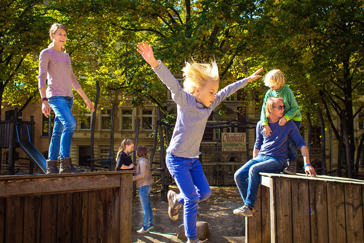 Familie auf Spielplatz für Day in a life Familienreportage