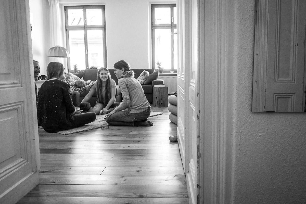 Familie beim Spiel im eigenen Zuhause für Kinderfotos