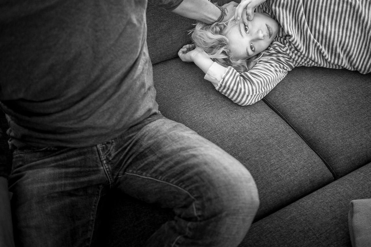 Kind auf Sofa vo beste Kinderfotografen weltweit