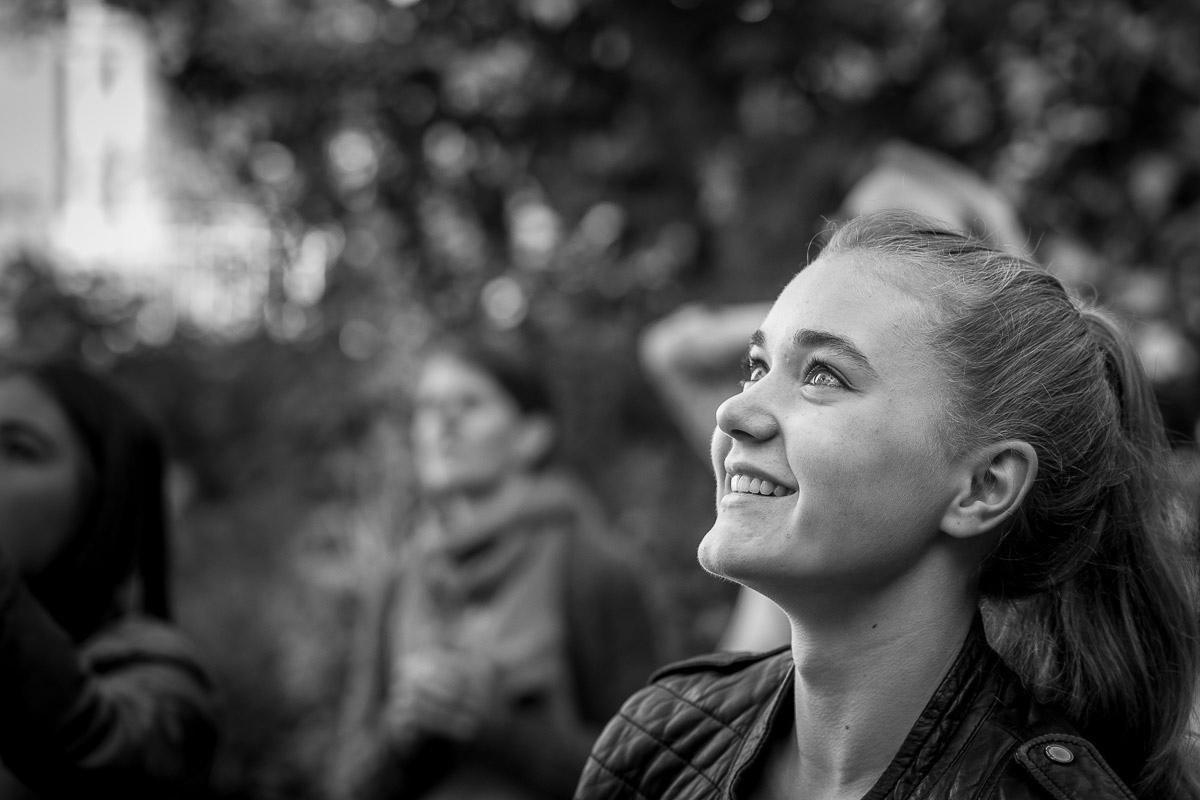 Modernes Mädchenporträt in natürlicher Umgebung