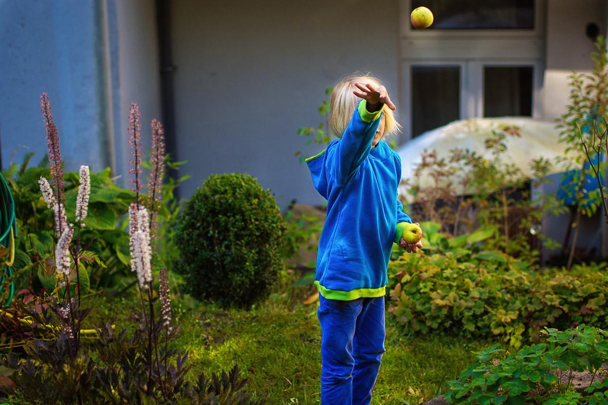 Modernes Kinderporträt im eigenen Garten