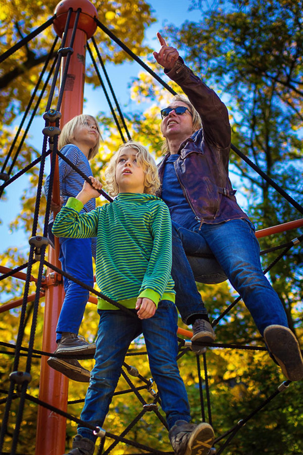 Familie auf Spielplatz als natürliche Fotoreportage