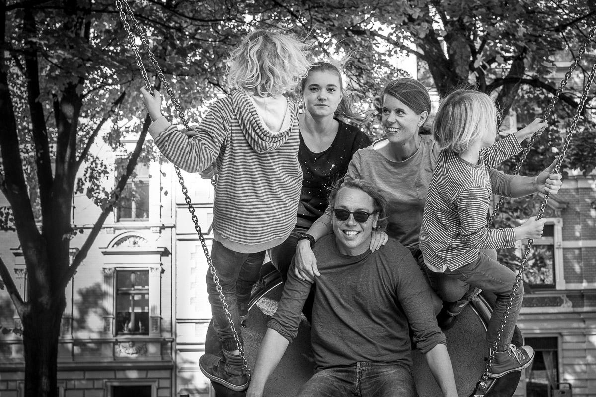 Familienfotso auf dem Spielplatz