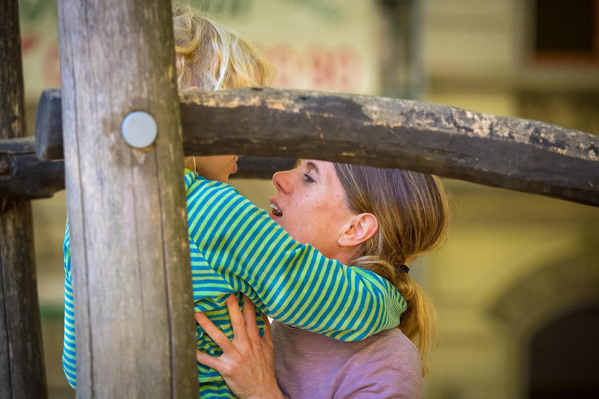 Mutter und Sohn auf Spielplatz für natürliche Familienfotos