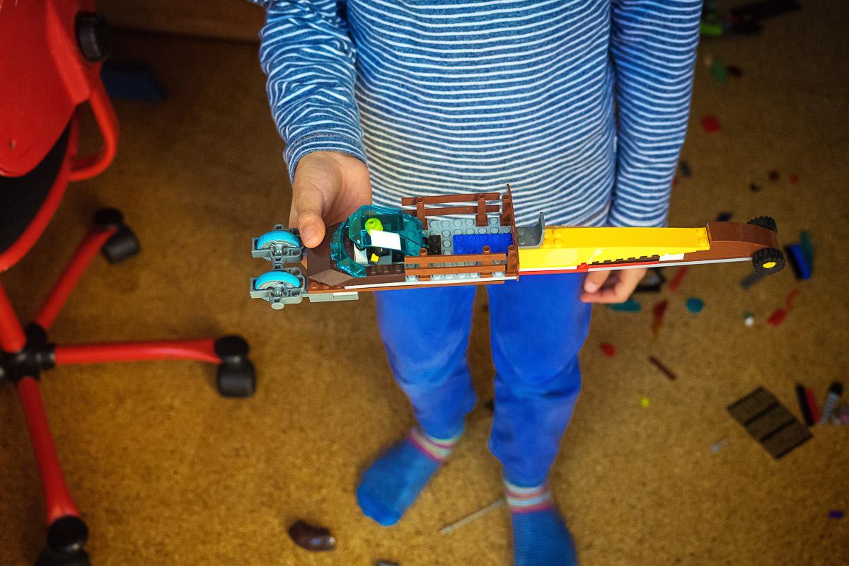 Kind mit Legoflugzeug für day in a life