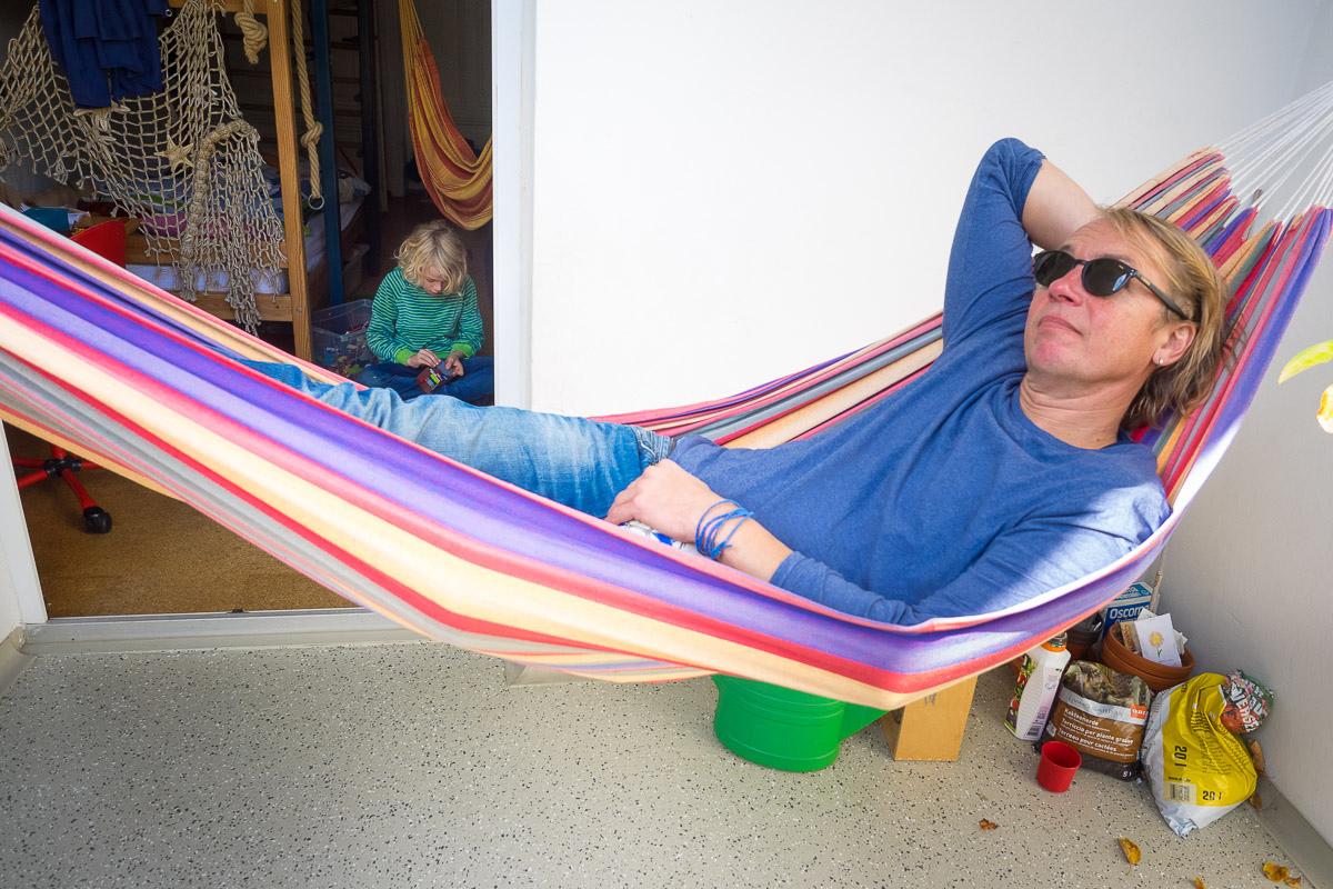 Vater in Hängematte als entspannte Familienfotos