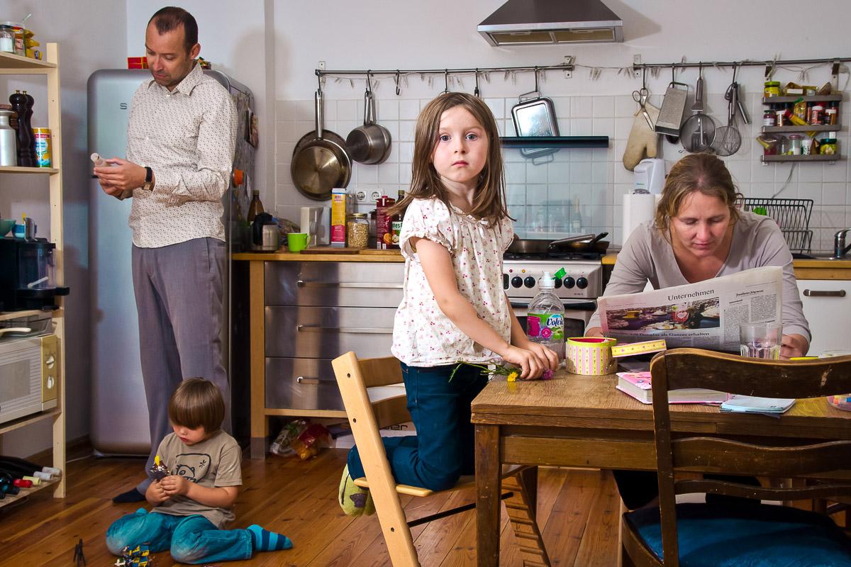 Familienfoto in der Küche von beste Kinderfotograf