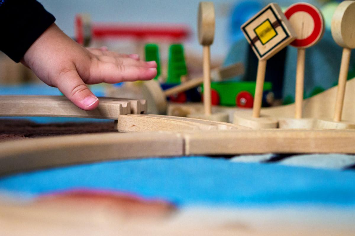 Kinderfotos mit Spielzeugeisenbahn