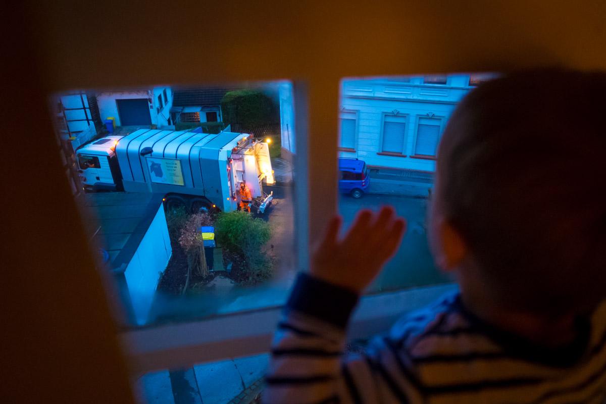 Kinder und Müllabfuhr Familienfotos im eigenen Zuhause