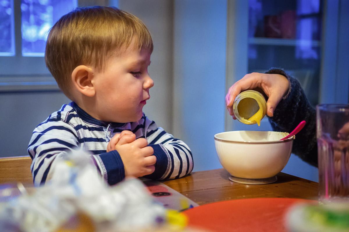 Obstbrei zum Frühstück Kinderfotos