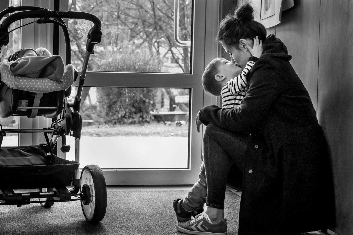 Kindergarten Abschied mit Kuss Familienfotograf