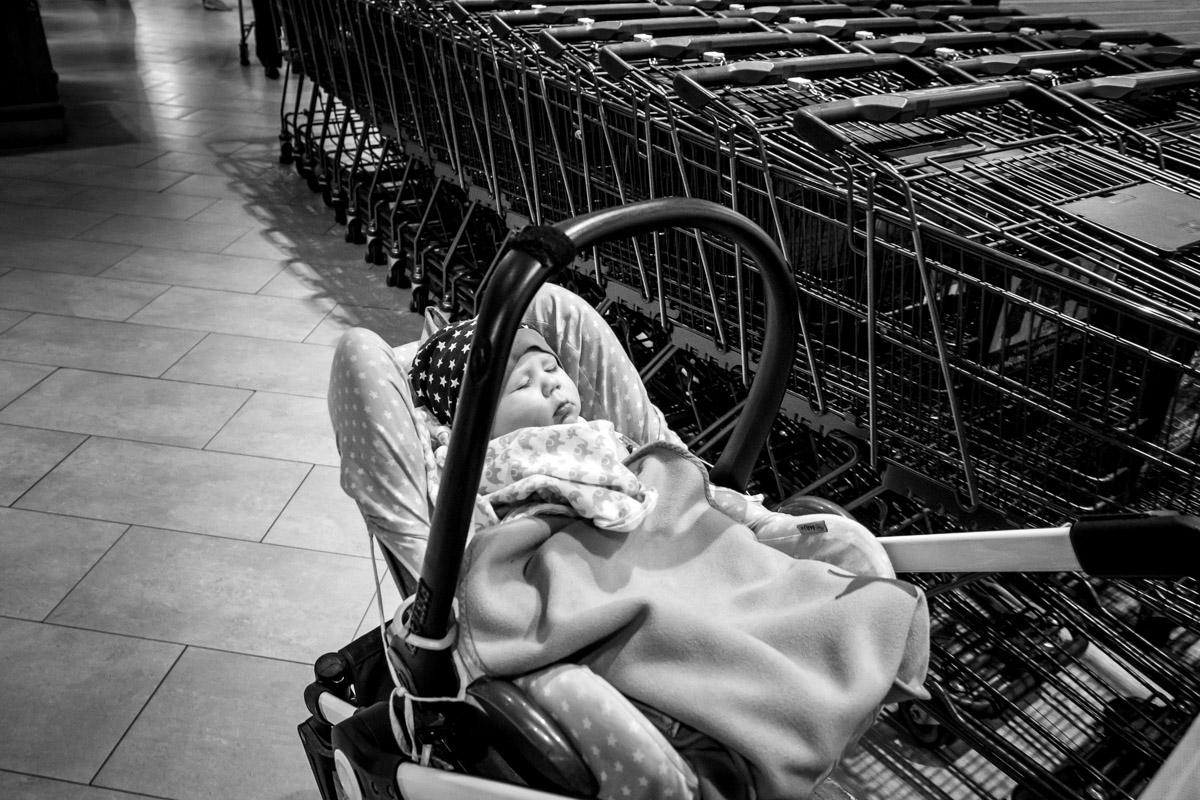 Einkaufen mit Baby Kinderfotograf