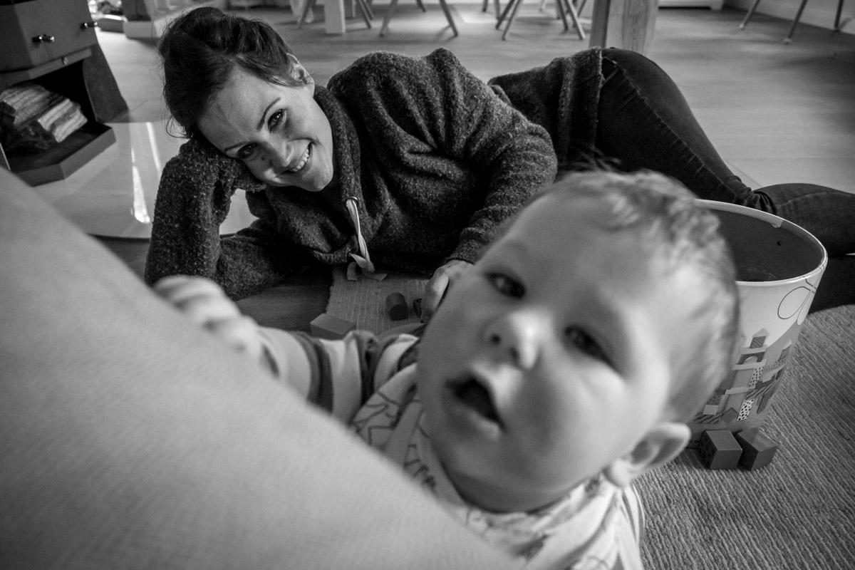 Spielzeit mit Mama und Familienfotograf