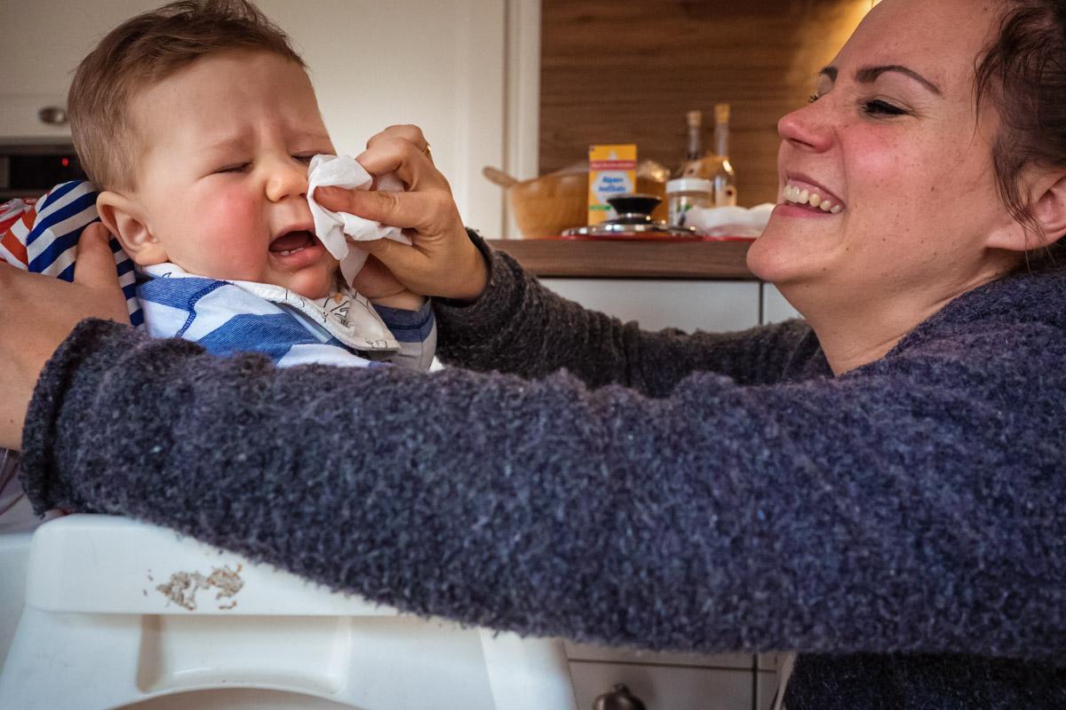Nase putzen Kinderfotos mit Familienfotograf
