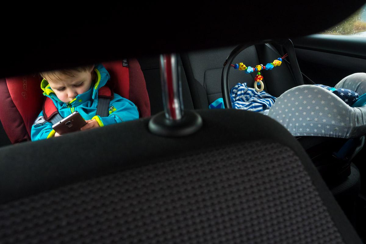 Kinderporträt mit Handy und Familienfotograf Katrin Küllenberg