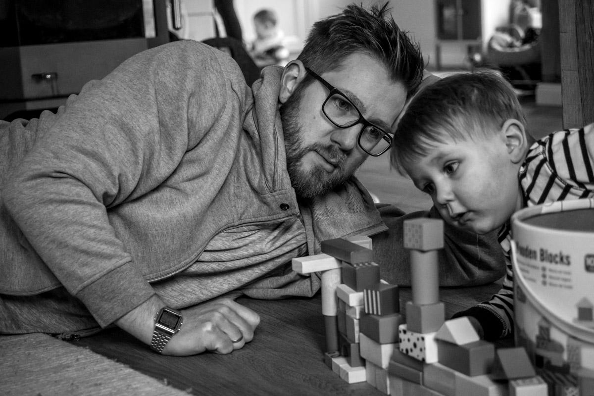 Kinderfotos mit Vater und Sohn beim Spielen