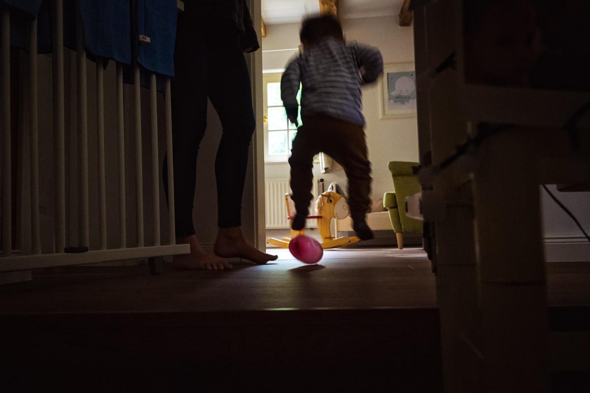 Kinderfotos beim Spielen mit Luftballons