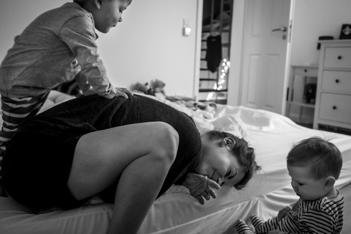 Aufstehen mit Mama Familienfotograf