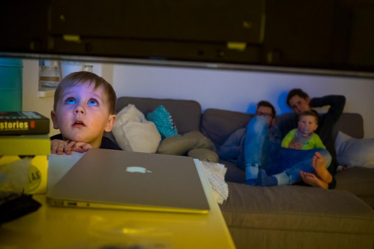 Kinderfotos zuhause Sandmännchen Fernsehen