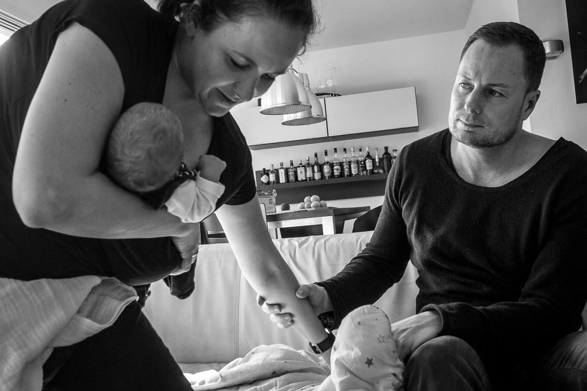 Nach der Geburt nach Hause mit Familienfotograf