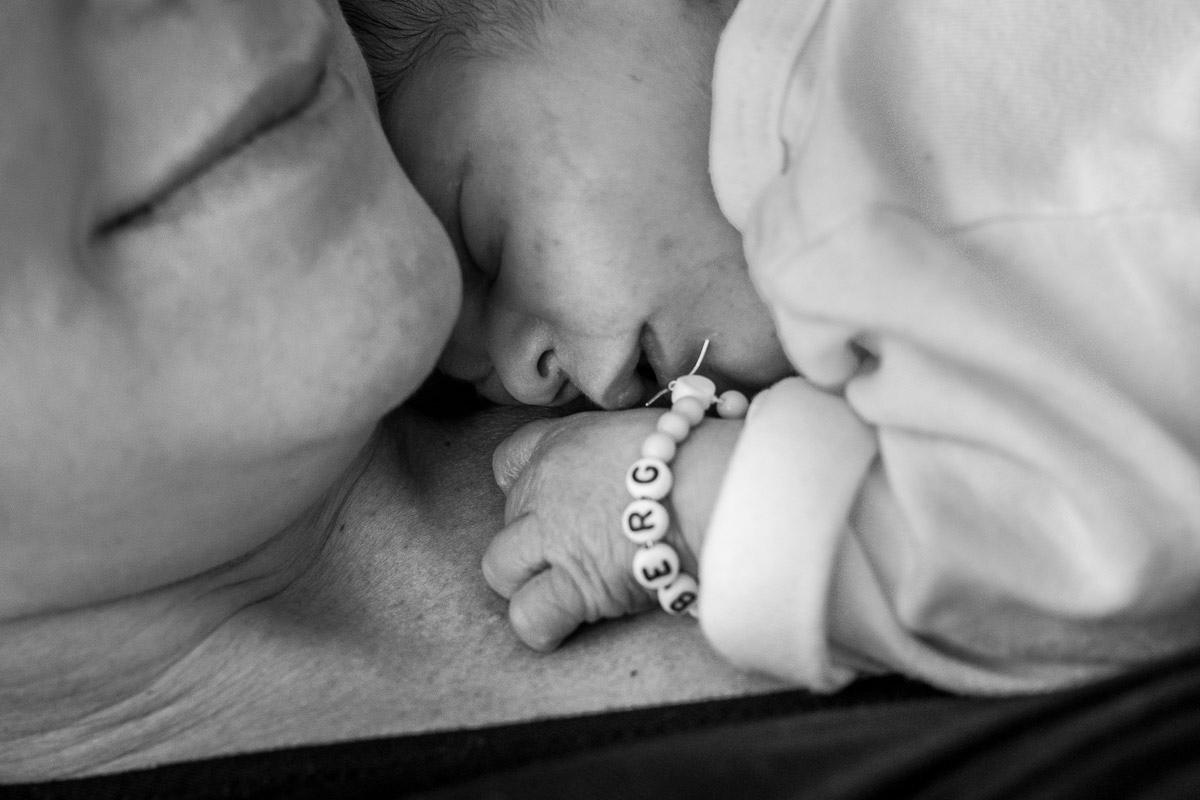 Erste Tag mit einem Baby Neugeborenenfotos zuhause