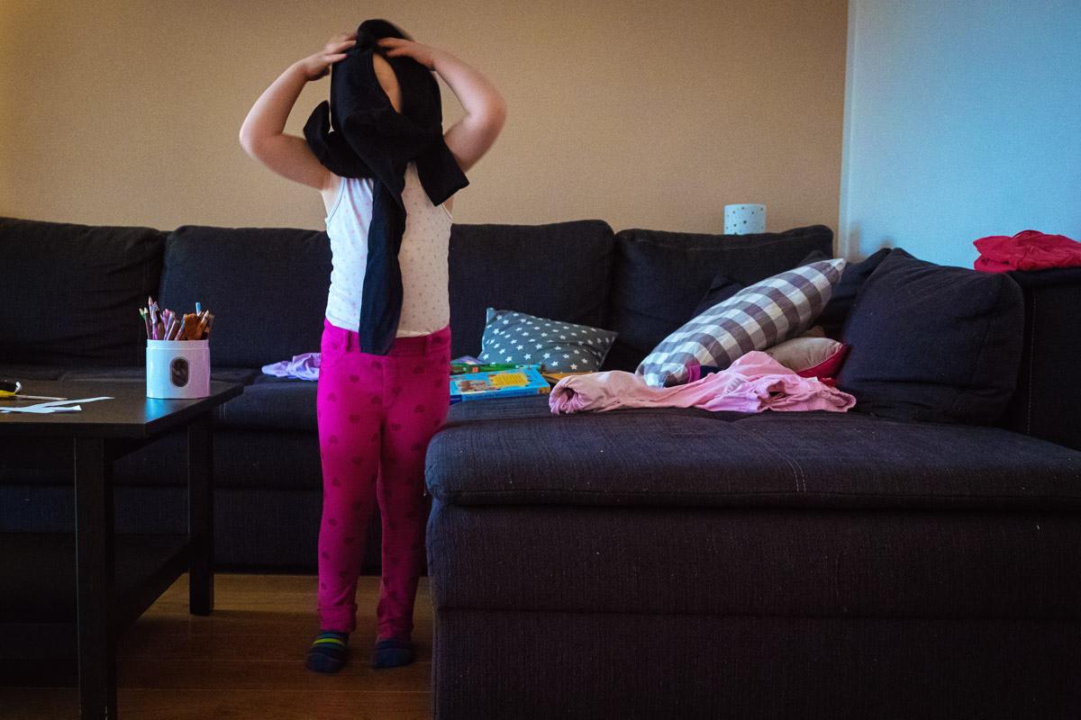 Kind zieht sich alleine an Familienfotograf