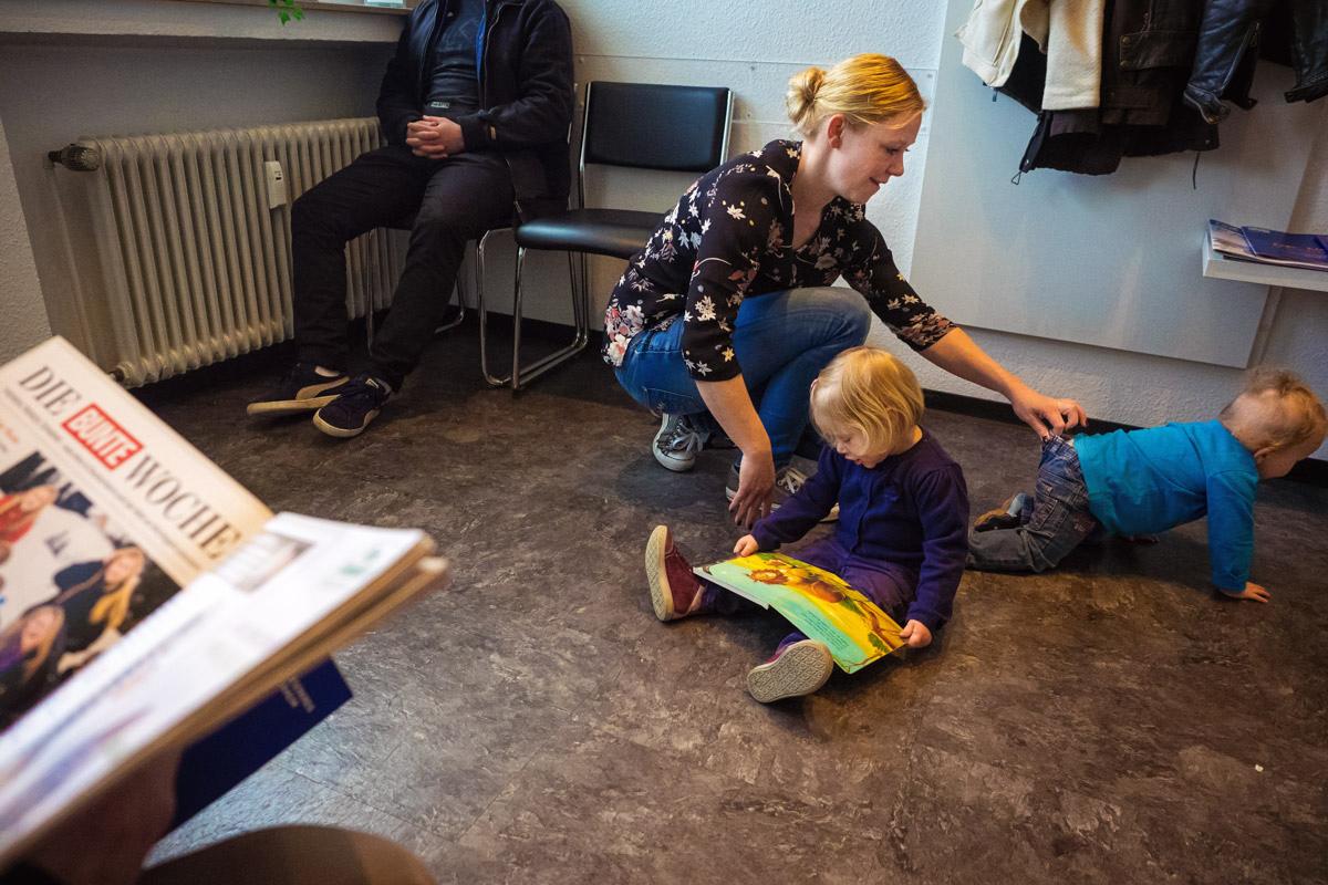 Kinder im Wartezimmer Familienfotograf