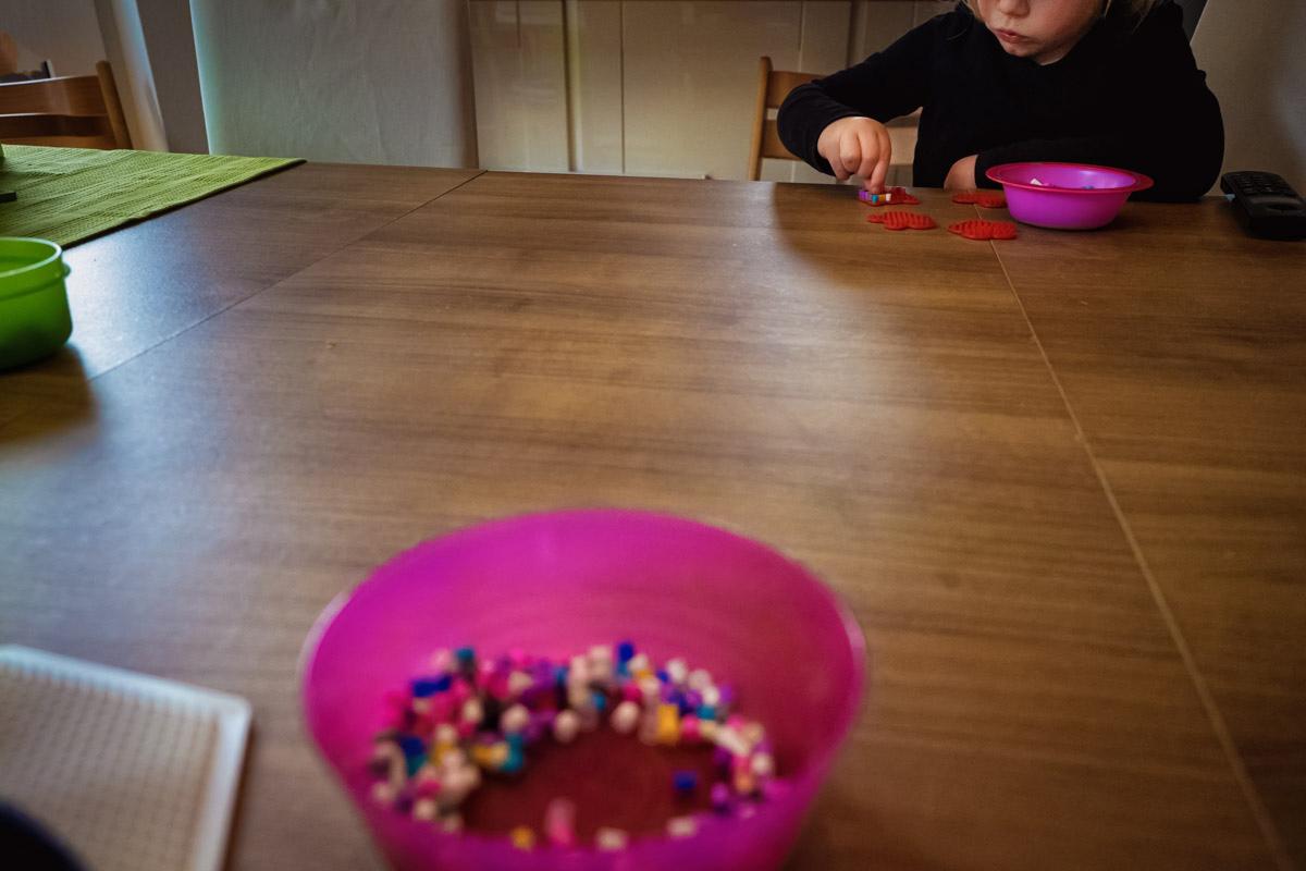 Kinder mit Bügelperlen Familienfotograf