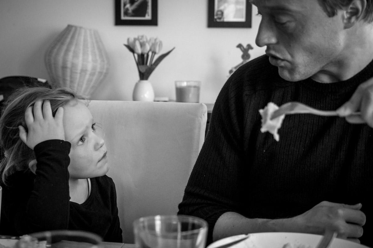 Mittagessen mit Kindern Familienfotograf