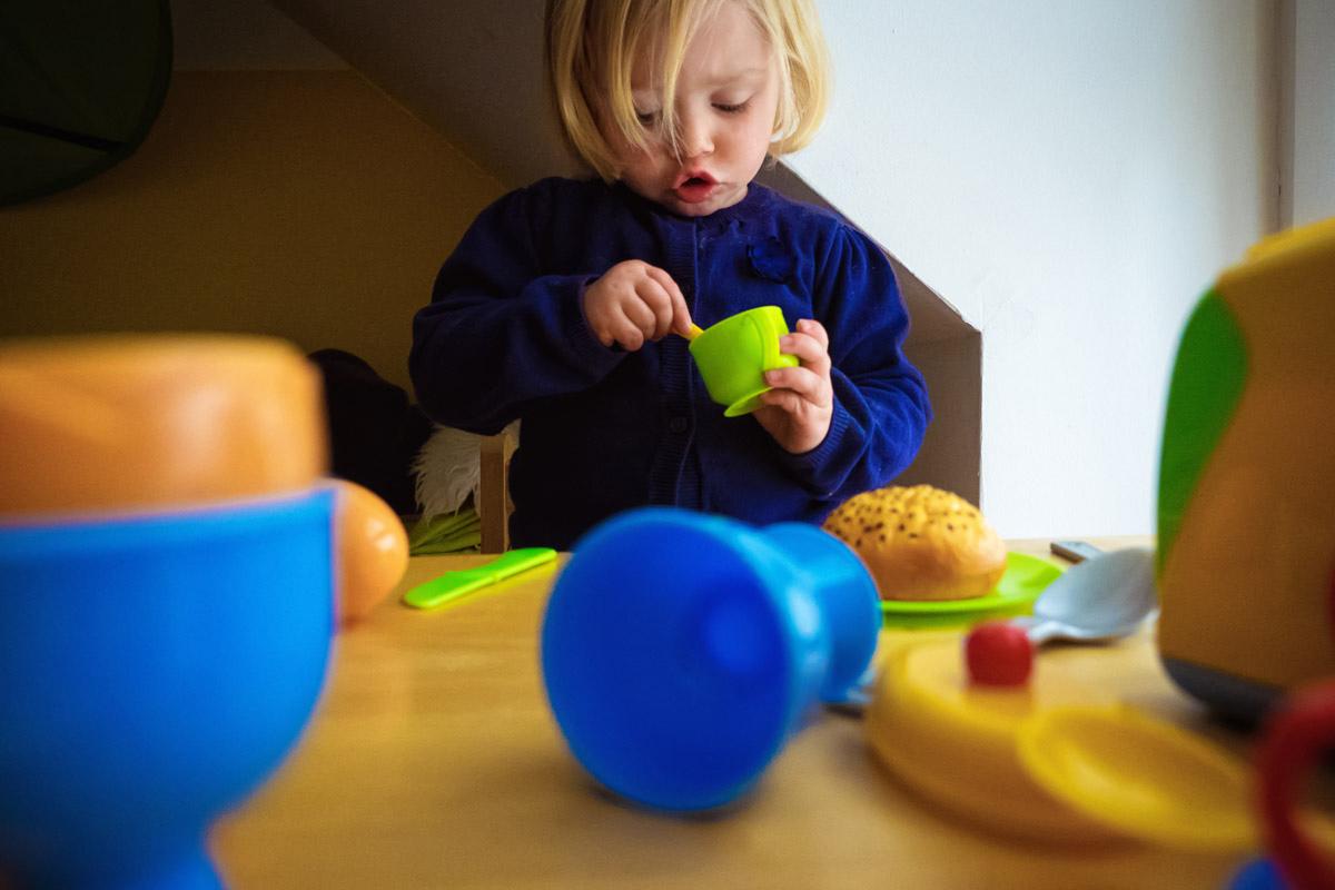 Kind mit Spielzeugküche