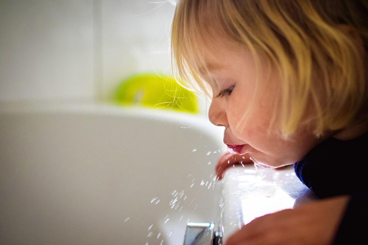 Kinder beim Zähneputzen Familienfotograf